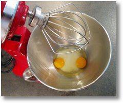 Placer les oeufs, le sucre et le sel dans la cuve de votre robot-mélangeur